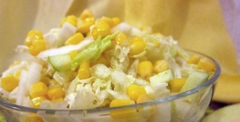 """""""Jarní"""" salát s kukuřicí a jablkem odlehčený citronovou šťávou recept"""