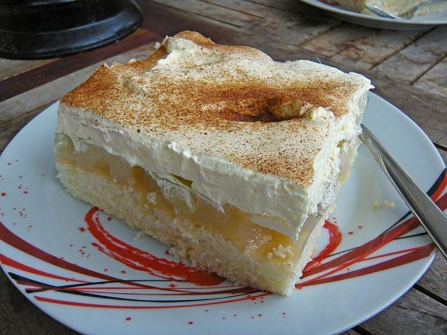 Balkánský jablečný koláč – dort na plechu s jemným piškotem recept