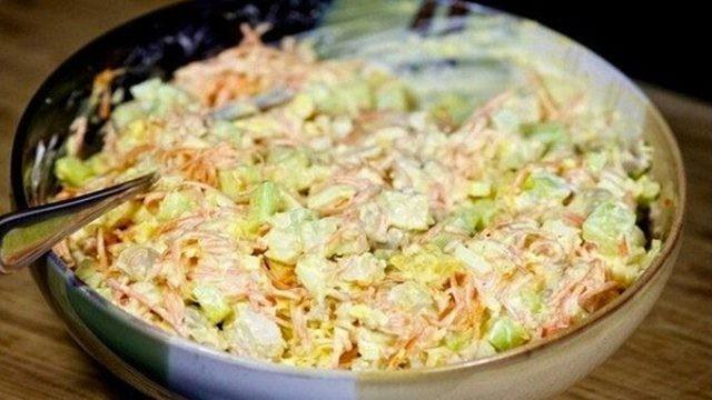 Výborný salát s kuřecím masem a lahodnou zálivkou recept