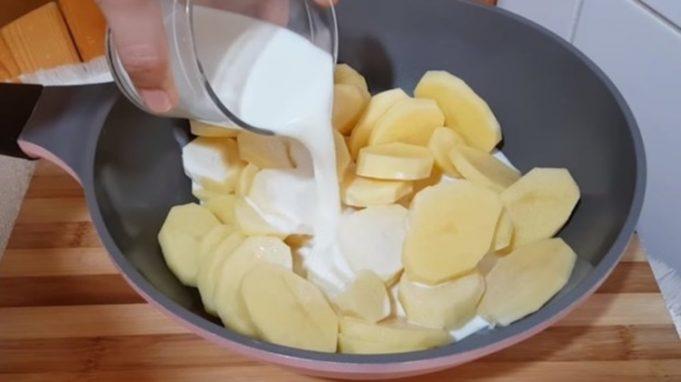 Brambory už nesmažím, toto je stokrát lepší: Fantasticky chutné a lahodné brambory, které připravíte na plechu!