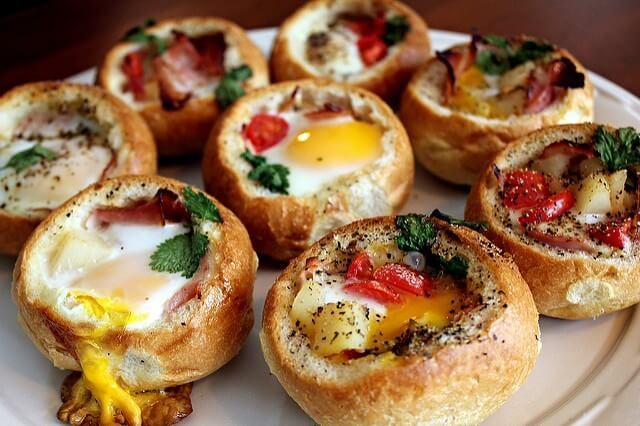 Vajíčka zapečená v housce nebo chlebu v bochníku recept