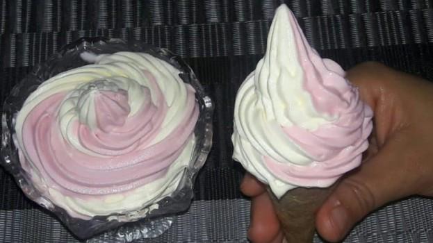 Domácí dvoubarevná zmrzlina BEZ vajec a vaření: Stačí vyšlehat a máte hotovo – je výborná i jako krém!