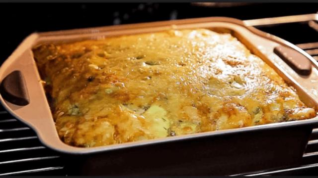 Okamžitě zmizí ze stolu: Cuketový pekáč se sýrem a česnekem – rychlá a vynikající večeře, z níž nepřiberete !