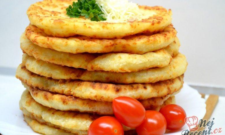Kefírové placky se sýrem. Super náhrada pečiva ke snídani.