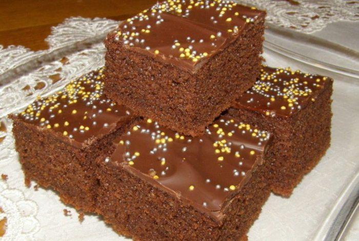 Hrnkový koláček s čokoládovou polevou
