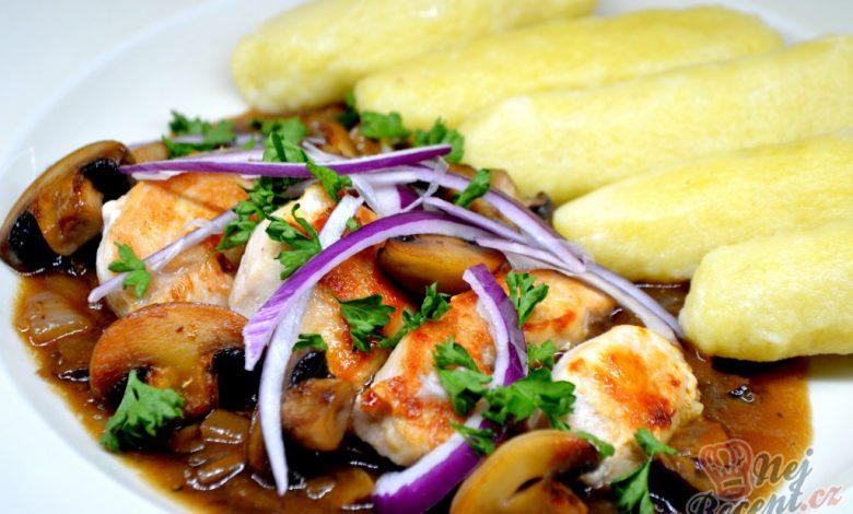 Kuřecí soté s houbami a bramborovými šiškami