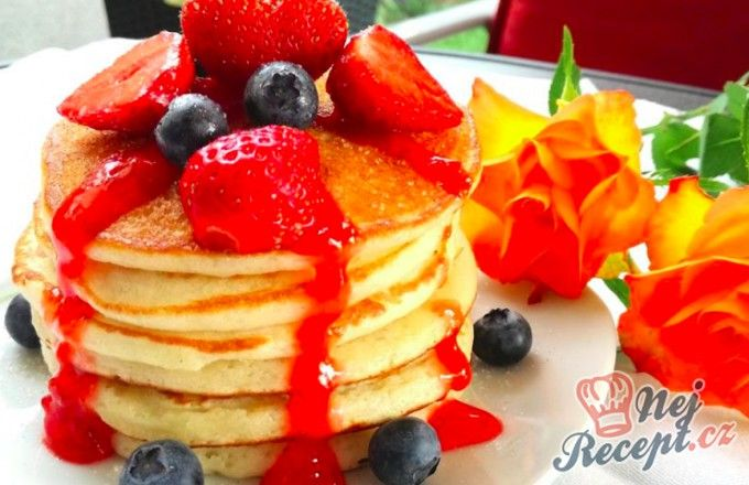 Lívance s domácími jahodami a jahodovým rozvarem