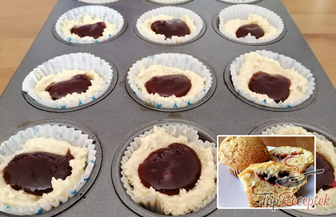 Výborná rychlovka z hrnečku – tvarohové muffiny s povidly