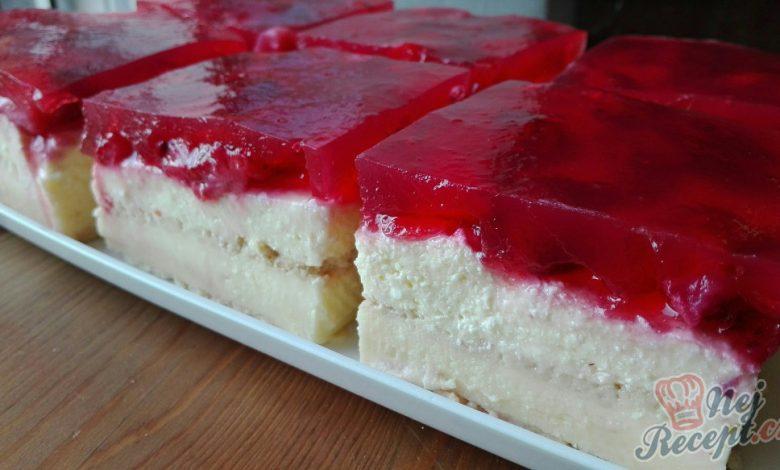 Fantasický nepečený tvarohový dezert s jahodami a jahodovým želé
