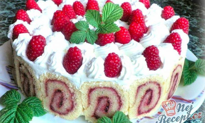Vytunený piškotový dortík se zakysanou smetanou