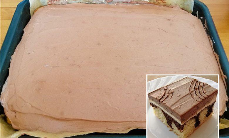 Úžasný tvarohový koláč z hrnku s polevou ze zakysané smetany