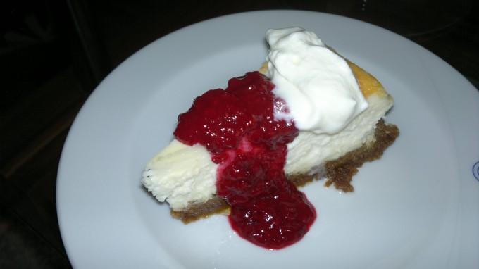 Božský cheesecake s ovocnou omáčkou