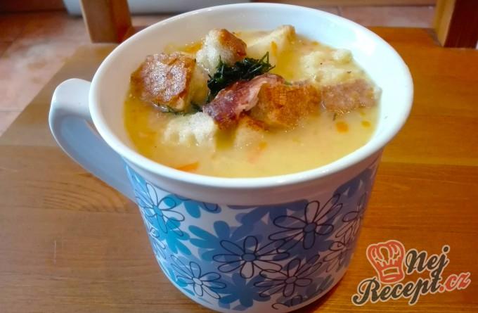 Hrachová polévka s uzenými žebírky