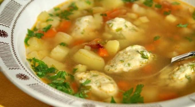 Zeleninová polévka s kukuřičnými knedlíky