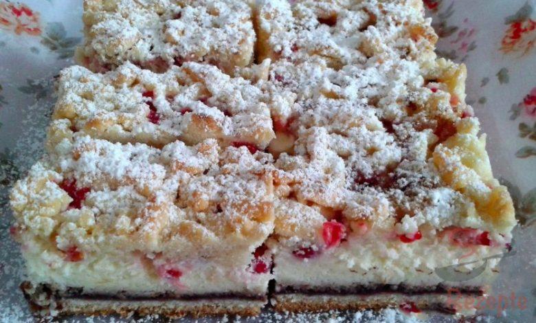 Tvarohovo-rybízový koláč posypaný oříšky a skořicí