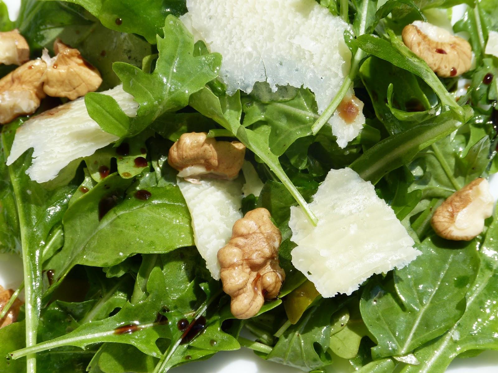 Salát z rukoly s parmezánem a ořechy: Tři minuty a dost!