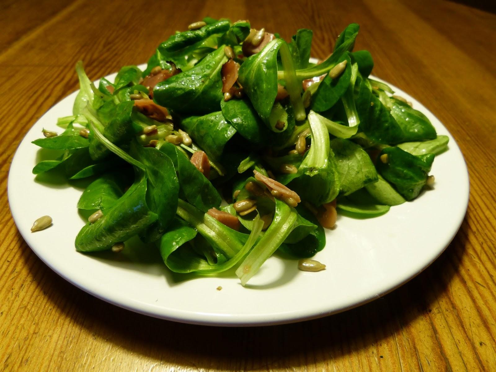 Salát z polníčku s prosciuttem a a slunečnicovým semínky