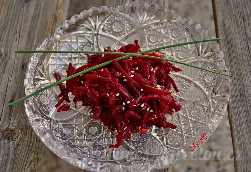 Teplý salát z červené řepy