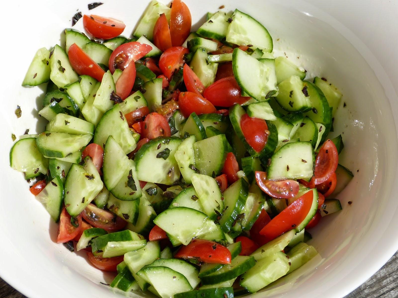Příjemné osvěžení: Okurkový salát s rajčaty a čerstvou mátou