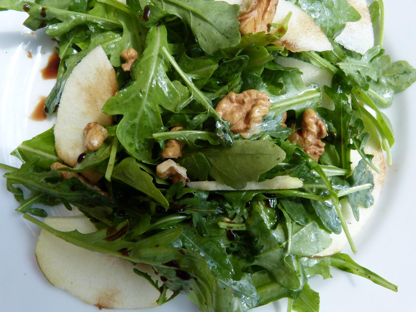 Pětiminutovka nejen na léto: Rukolový salát s hruškou a vlašskými ořechy