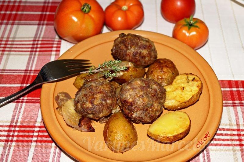 Masové koule s bylinkovými bramborami, zapečené v jednom pekáči