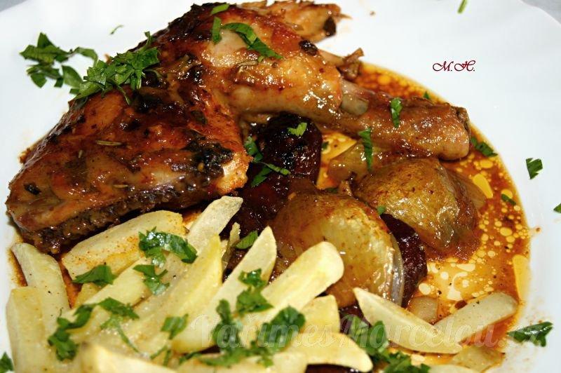 Pečené kuře na hořčici, medvědím česneku s cibulí a klobásami