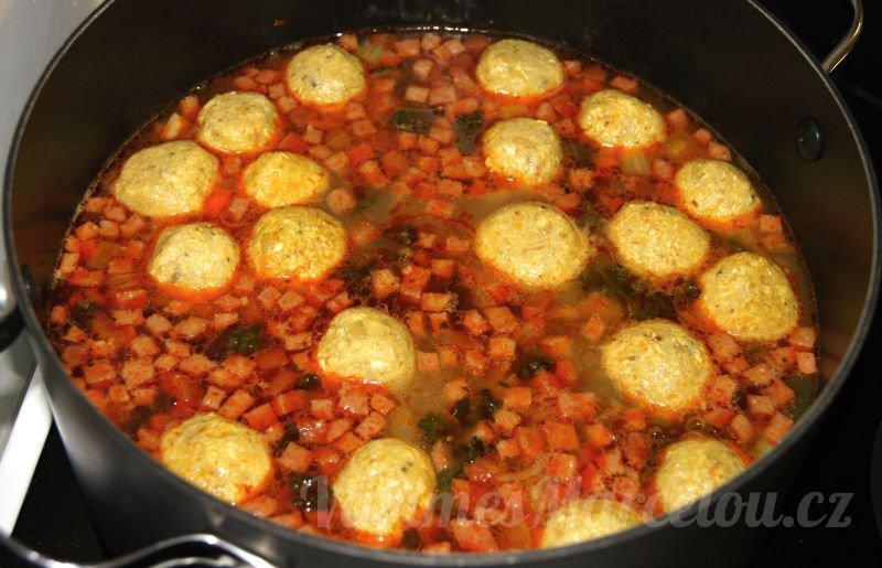 Knedlíčky do polévky z droždí a smažených vajíček