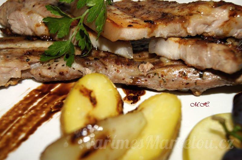 Plátky libového vepřového boku na grilu s opečenými bramborami ve slupce a ovocem