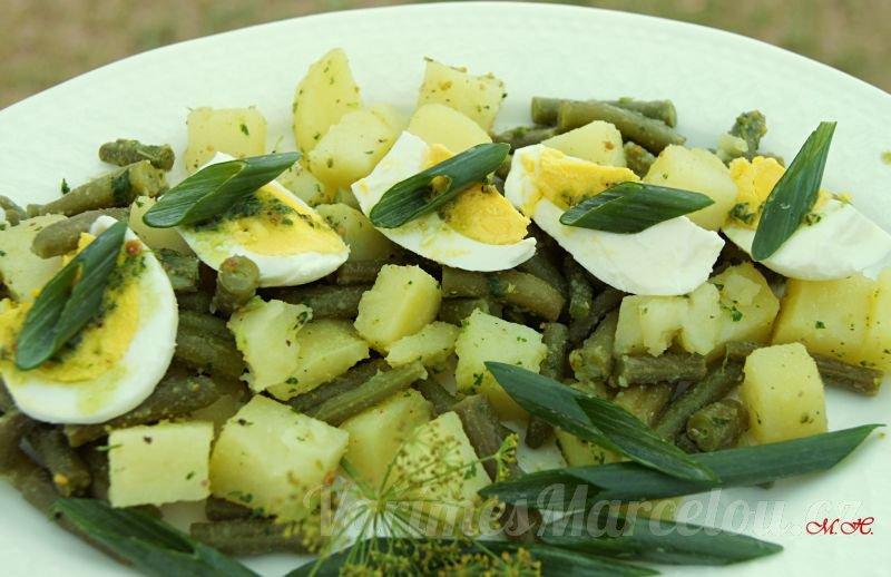 Bramborový salát s fazolovými lusky a petrželovým pestem