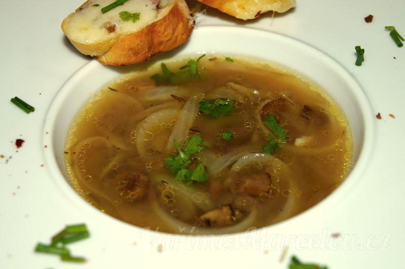 Polévka cibulačka s houbami, jak ji připravovala moje šumavská babička