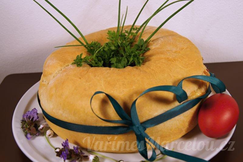 Sváteční věnec z kynutého těsta, plněný sýrem, škvarky, salámem a vajíčky (CIAMBELLA)