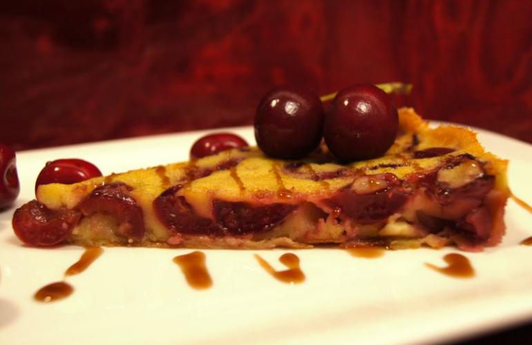 Clafouti – tradiční francouzský dezert (flan) s třešněmi