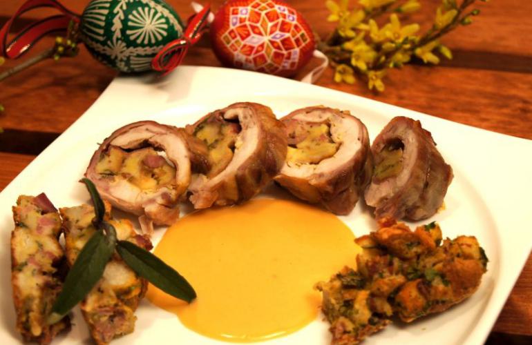Roláda z králíka, plněná velikonoční nádivkou, sýrem, schwarzwaldskou šunkou a mladými kapustovými listy, pečená na šalvěji