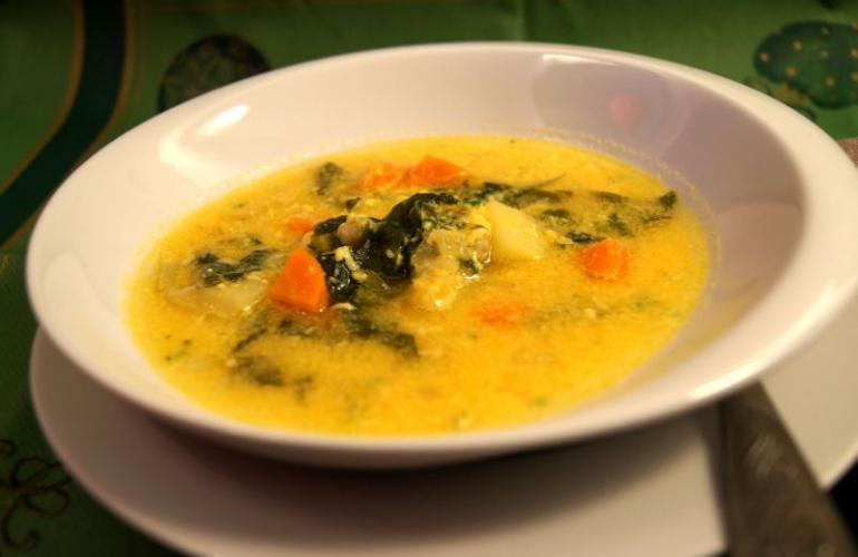 Zeleninová polévka se sýrovou zavářkou (stracciatellou)