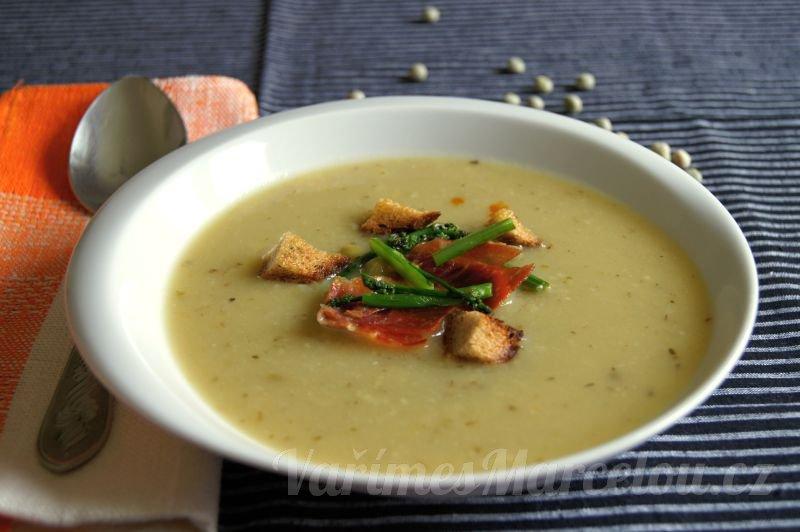 Hrachová polévka s divokým chřestem a pečenou šunkou
