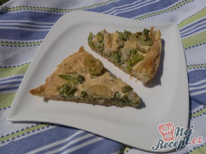 Francouzský koláč s cibulí a brokolicí