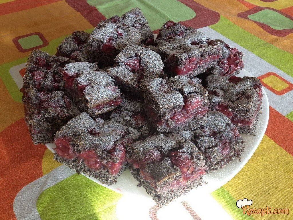 Hrnkový makový koláč s třešněmi