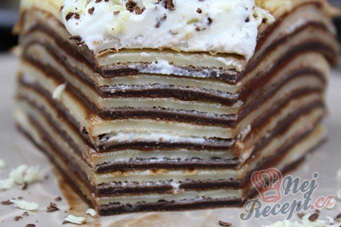 Dvoubarevný palačinkový dortík s nutellou a šľehačkou