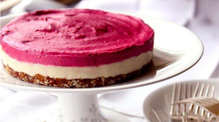 Nepečený malinový dort snů s kešu oříšky