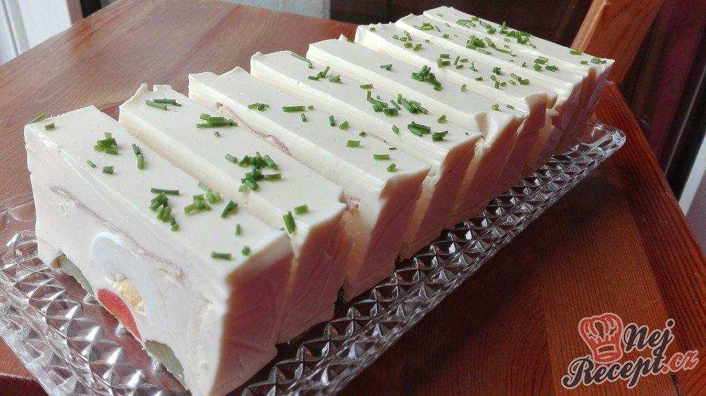Studený předkrm – jogurtová delikatesa s vajíčkem, okurkou, mrkví a šunkou