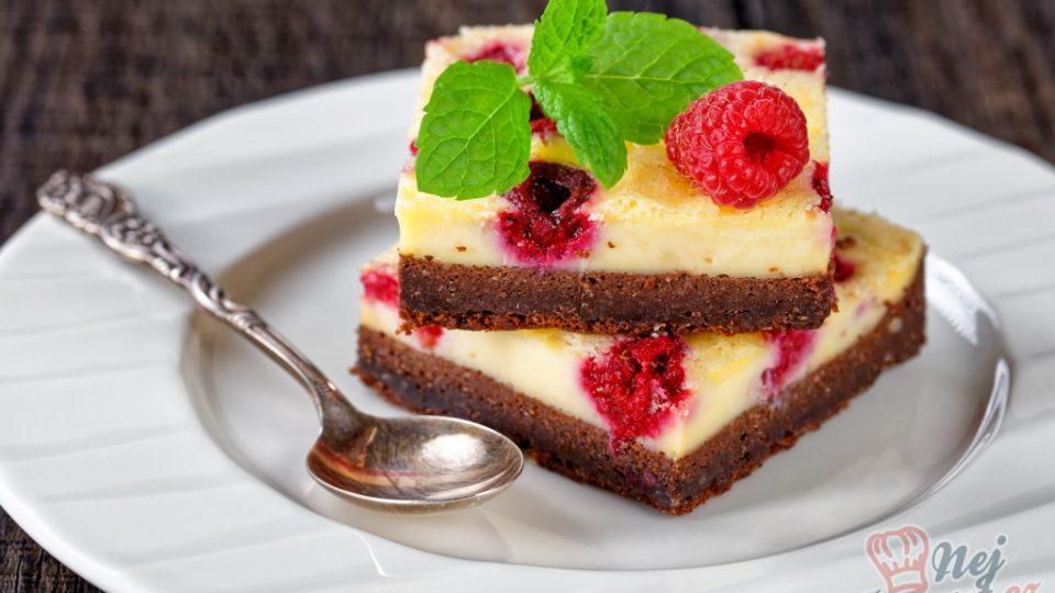 Nízkokalorický cheesecake brownie s malinami