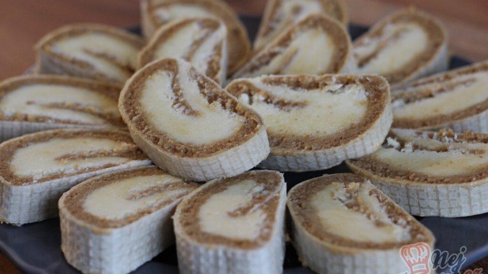 Nepečená oplatková roláda s kokosovo karamelovou náplní