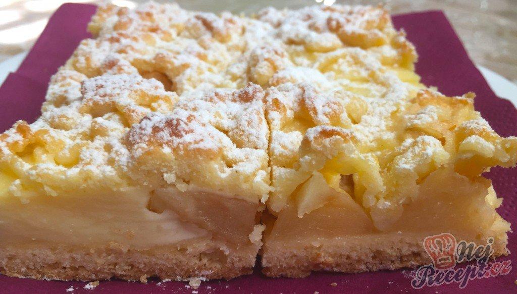 Fantastický koláček jablíčka v oblacích
