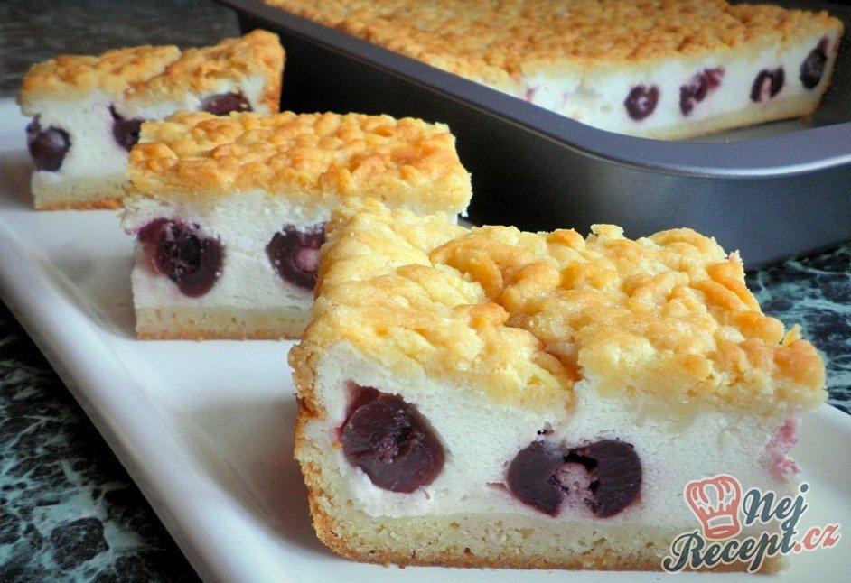 Strouhaný jogurtový koláč s třešněmi