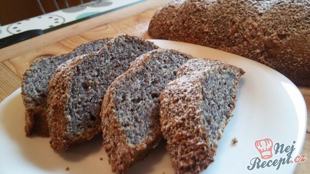 Makový hrníčkový koláč v starodávné kameninové formě