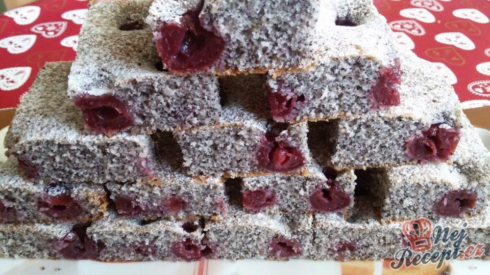 Hrnkový makový koláček s višněmi